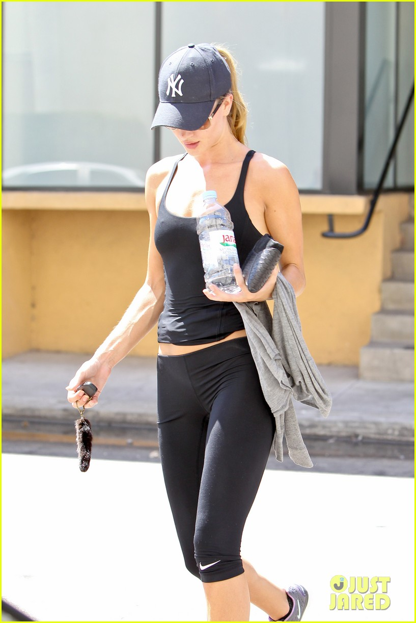 rosie huntington whiteley flashes toned tummy at gym 07