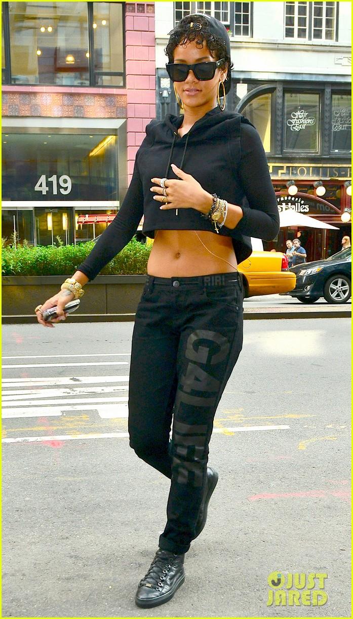rihanna hails a cab in new york city 012929600