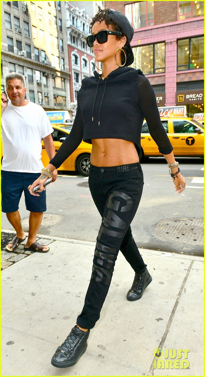 rihanna hails a cab in new york city 052929604