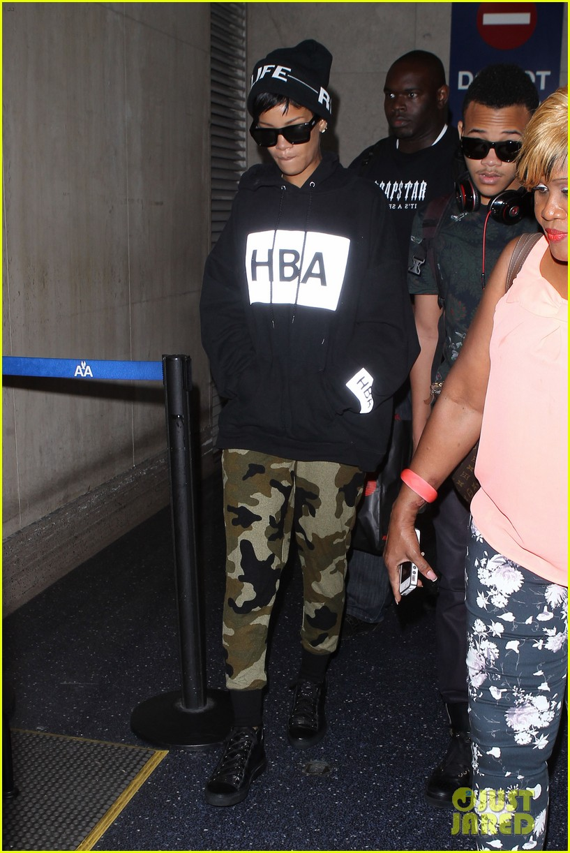 rihanna lax arrivial with the family 102939305