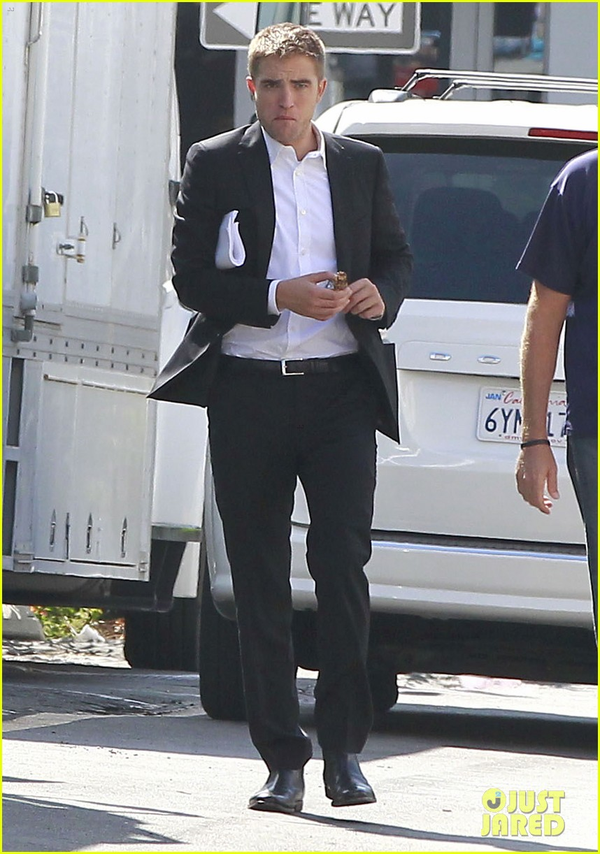 robert pattinson suits up for maps to the stars with julianne moore 012932857
