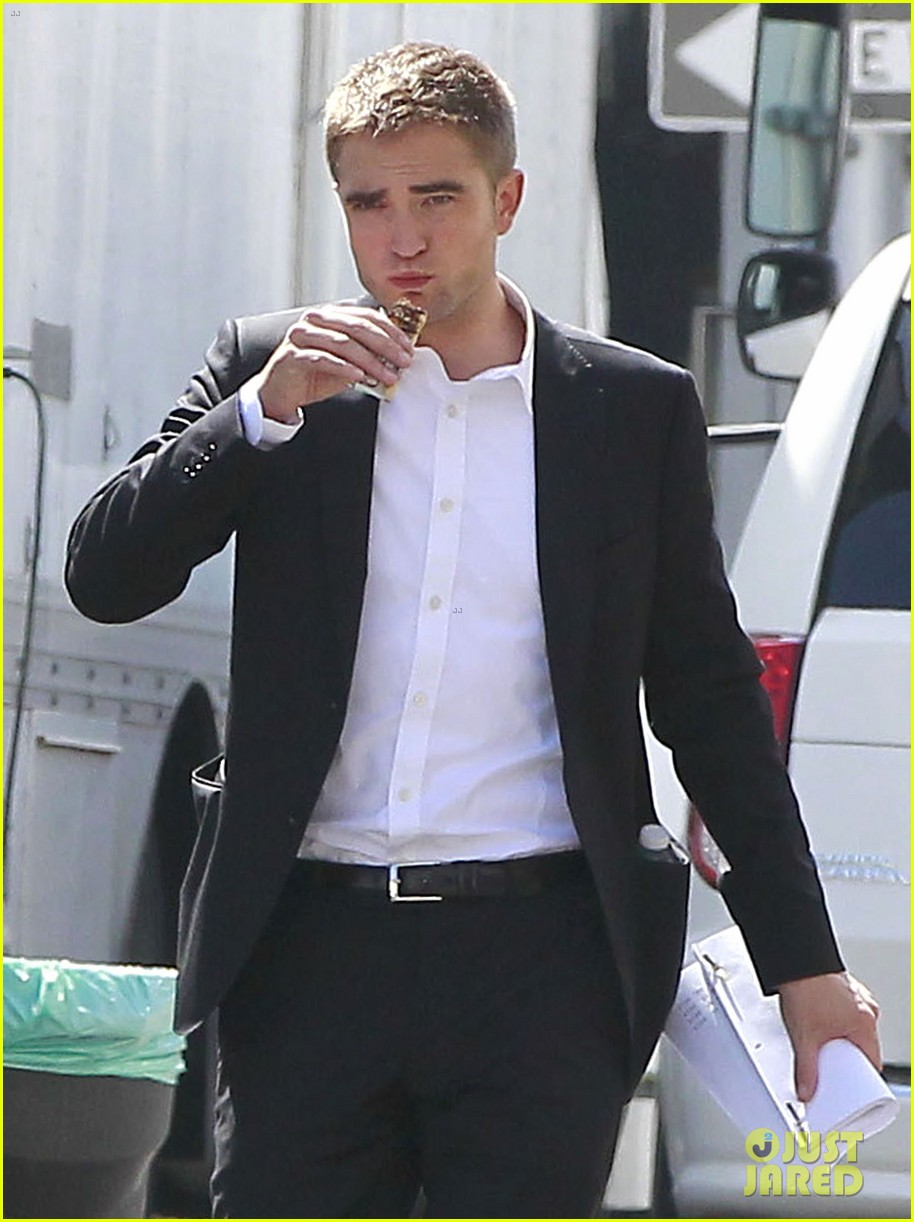 robert pattinson suits up for maps to the stars with julianne moore 03
