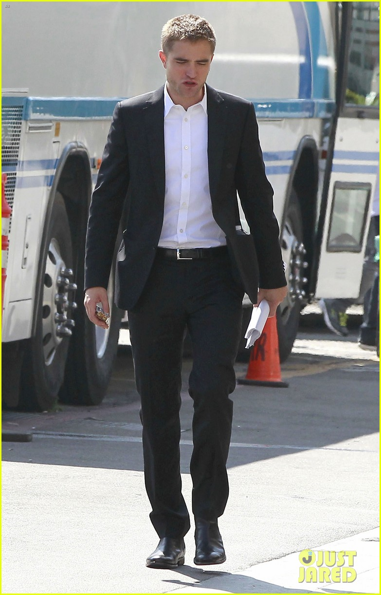 robert pattinson suits up for maps to the stars with julianne moore 05
