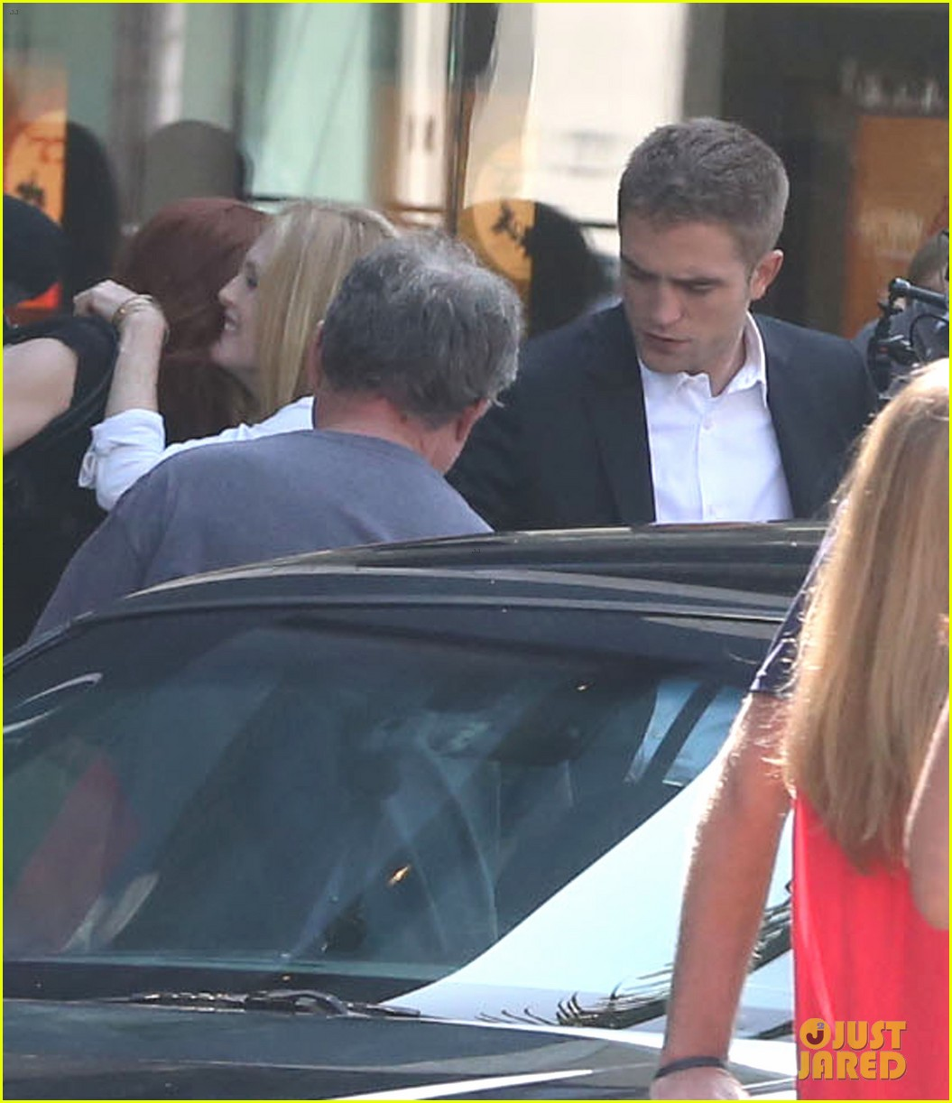 robert pattinson suits up for maps to the stars with julianne moore 072932863