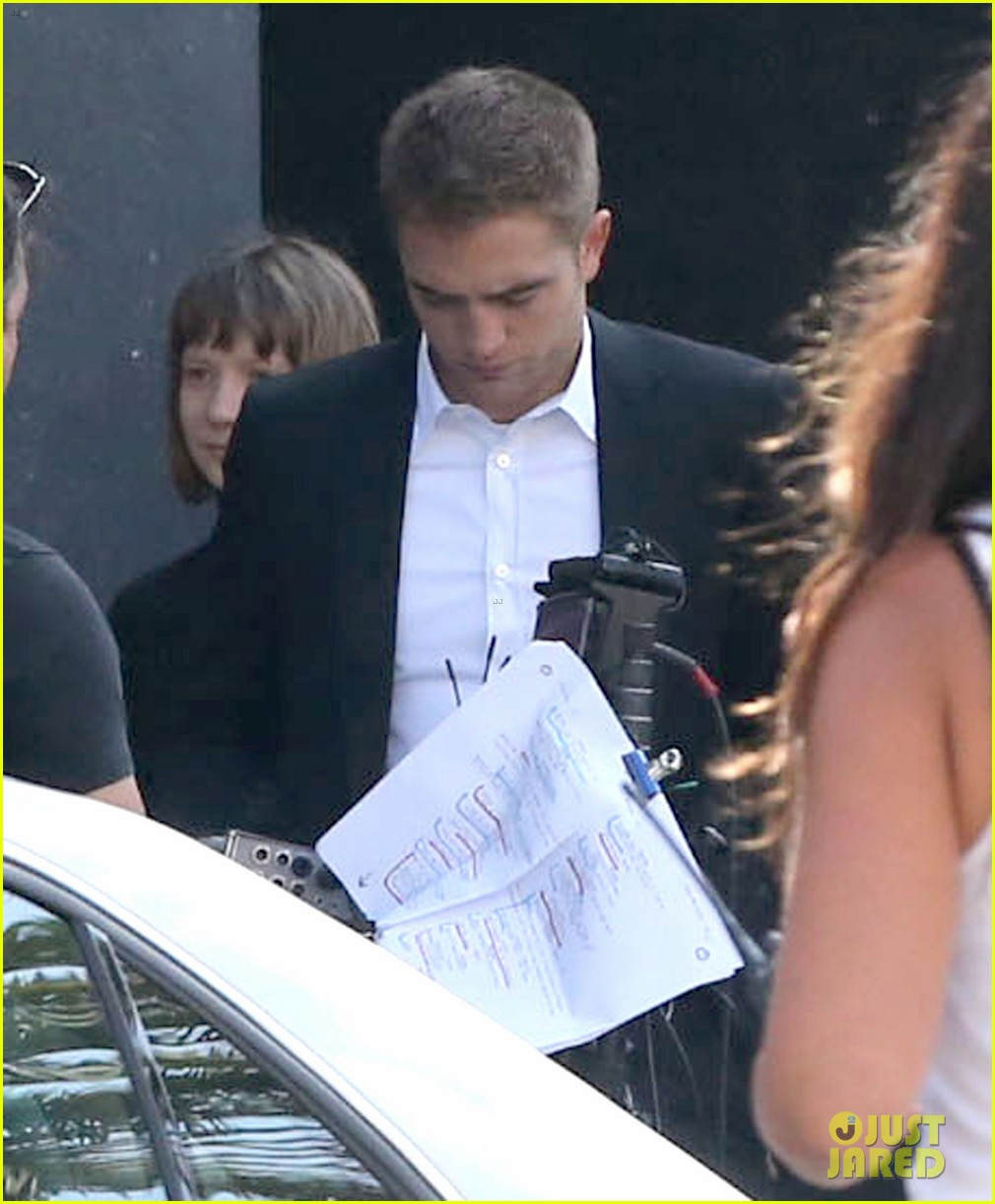 robert pattinson suits up for maps to the stars with julianne moore 082932864
