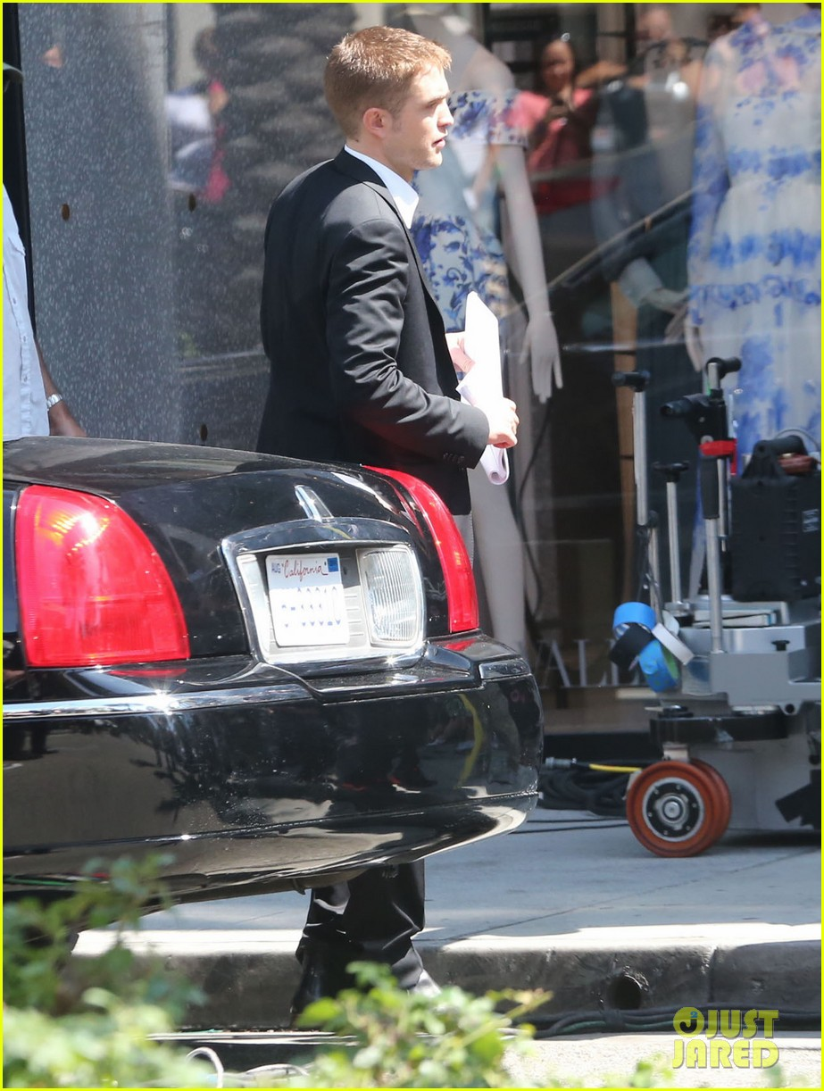 robert pattinson suits up for maps to the stars with julianne moore 102932866