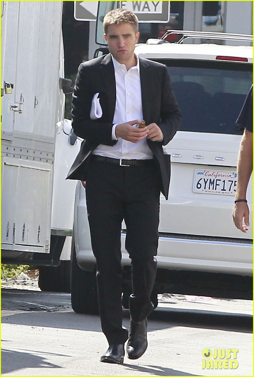 robert pattinson suits up for maps to the stars with julianne moore 292932885