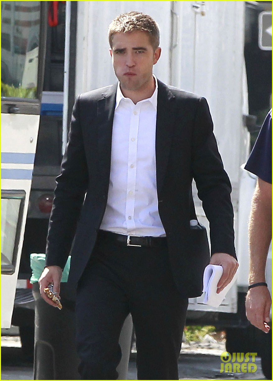 robert pattinson suits up for maps to the stars with julianne moore 352932891