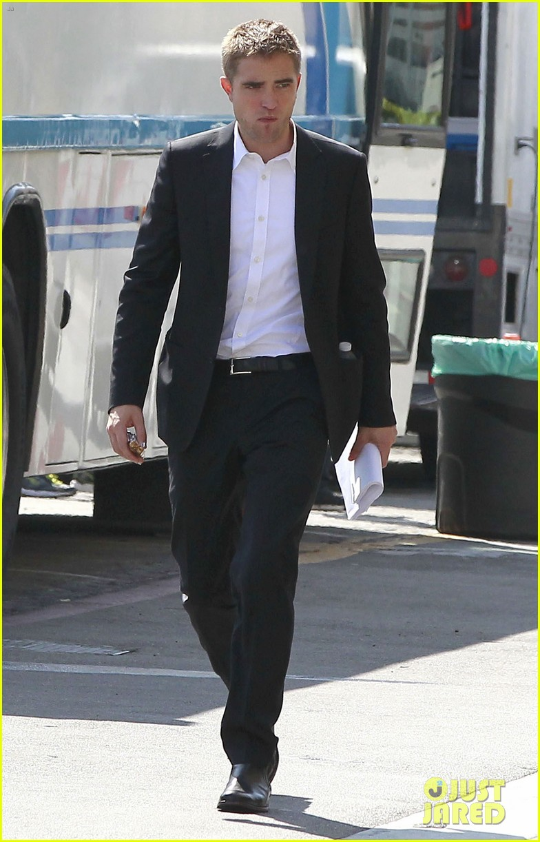 robert pattinson suits up for maps to the stars with julianne moore 39