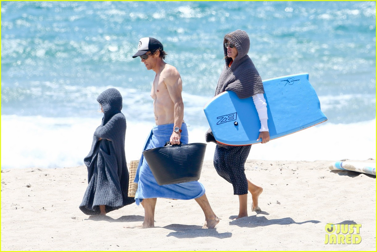julia roberts family beach day with shirtless danny moder 03