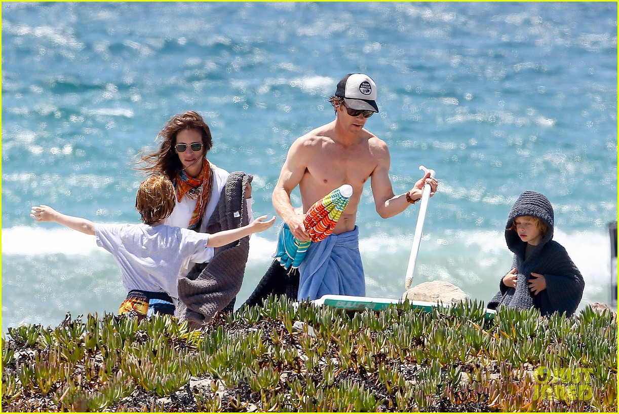 julia roberts family beach day with shirtless danny moder 052934994