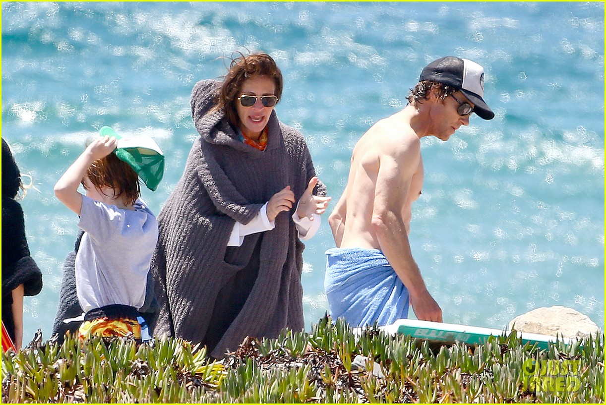 julia roberts family beach day with shirtless danny moder 092934998