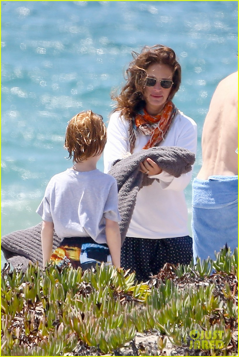 julia roberts family beach day with shirtless danny moder 122935001