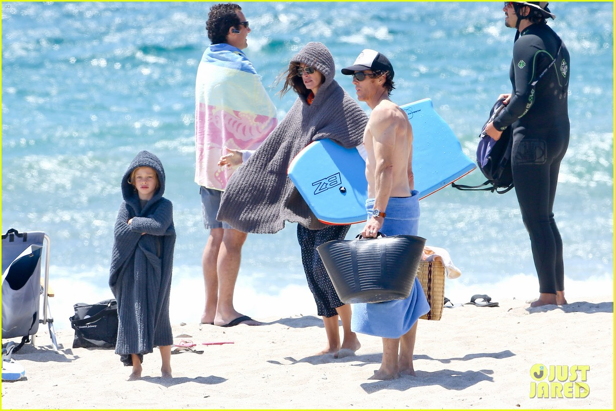julia roberts family beach day with shirtless danny moder 142935003