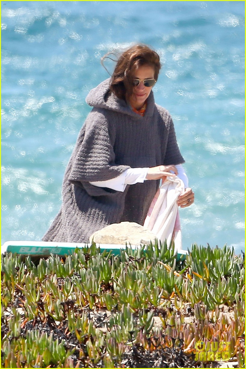 julia roberts family beach day with shirtless danny moder 172935006
