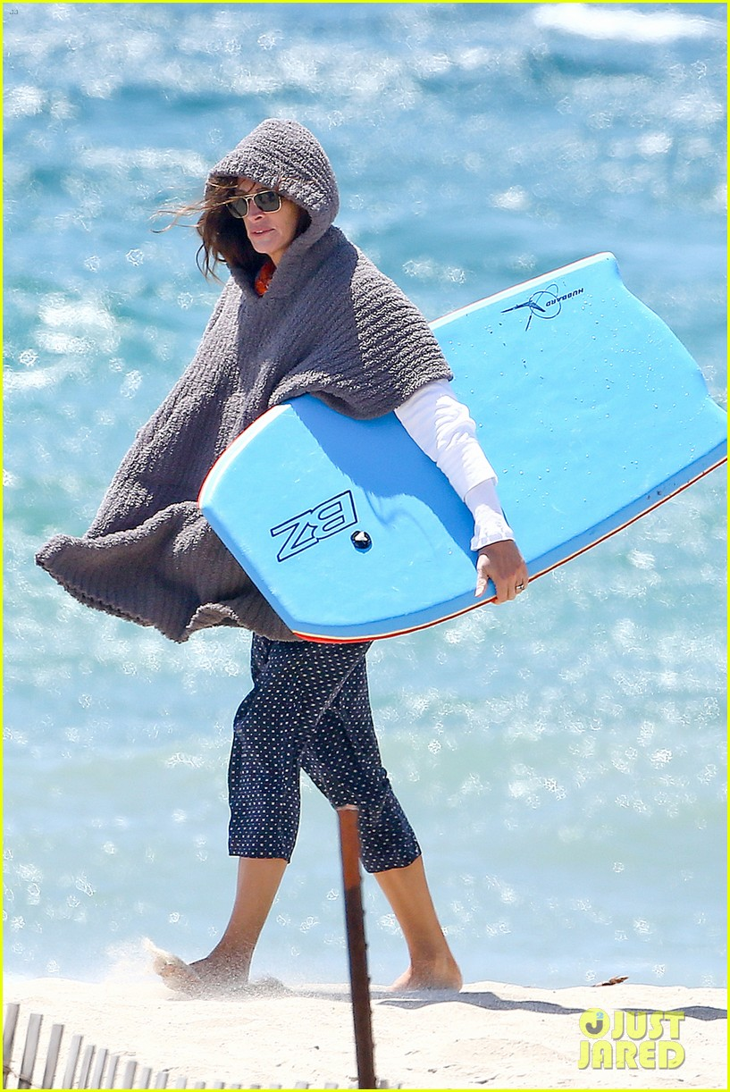 julia roberts family beach day with shirtless danny moder 192935008