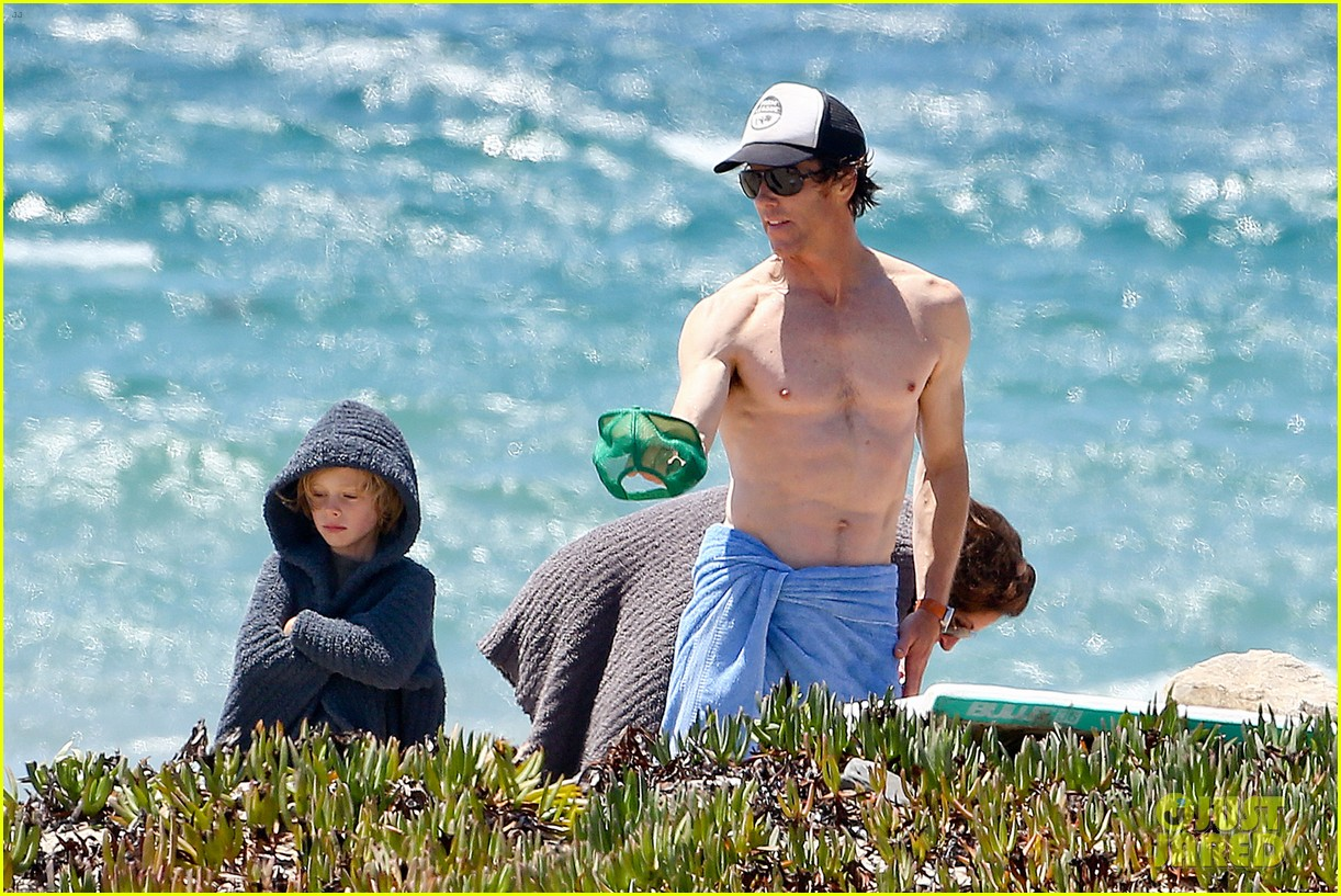 julia roberts family beach day with shirtless danny moder 21