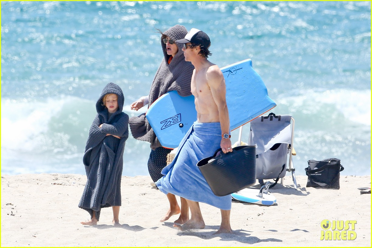 julia roberts family beach day with shirtless danny moder 252935014