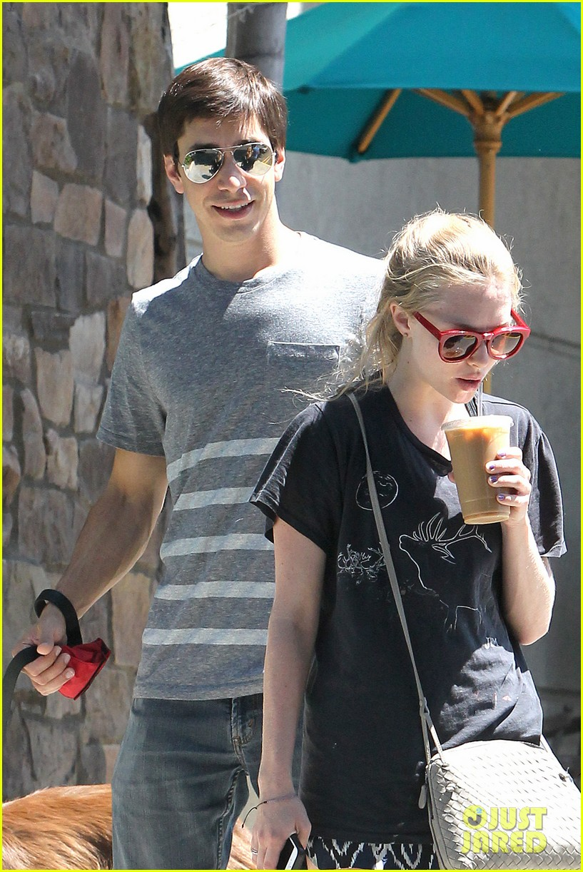 amanda seyfried justin long hang out with finn the dog 042936973