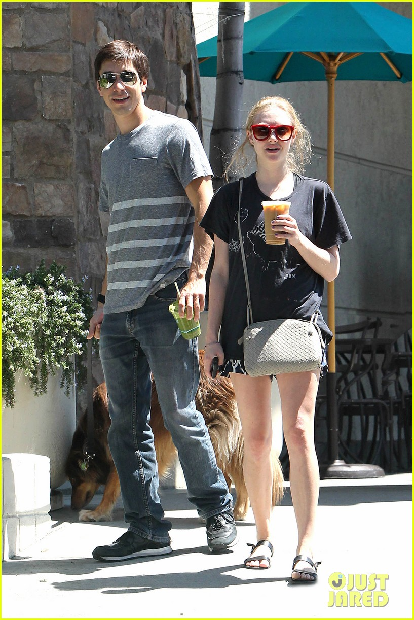 amanda seyfried justin long hang out with finn the dog 062936975