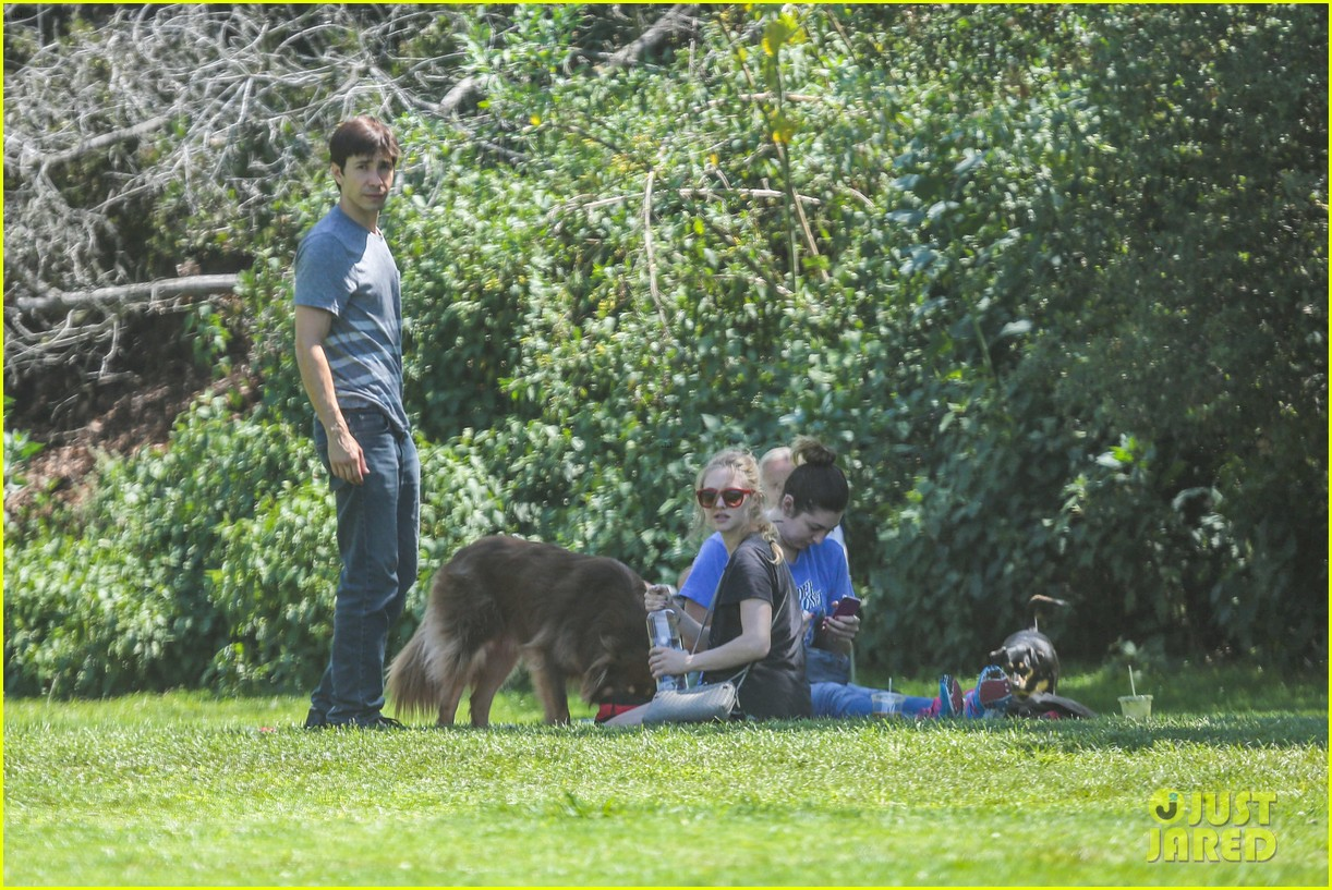 amanda seyfried justin long hang out with finn the dog 072936976