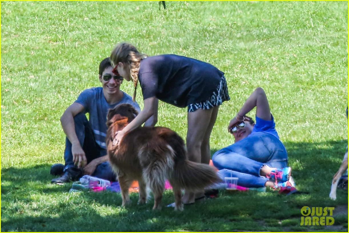 amanda seyfried justin long hang out with finn the dog 082936977