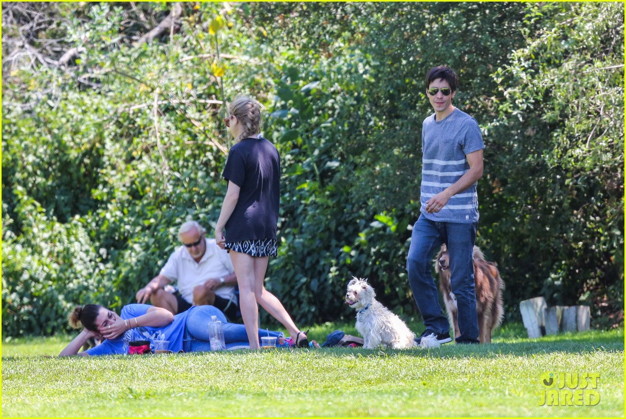 amanda seyfried justin long hang out with finn the dog 102936979