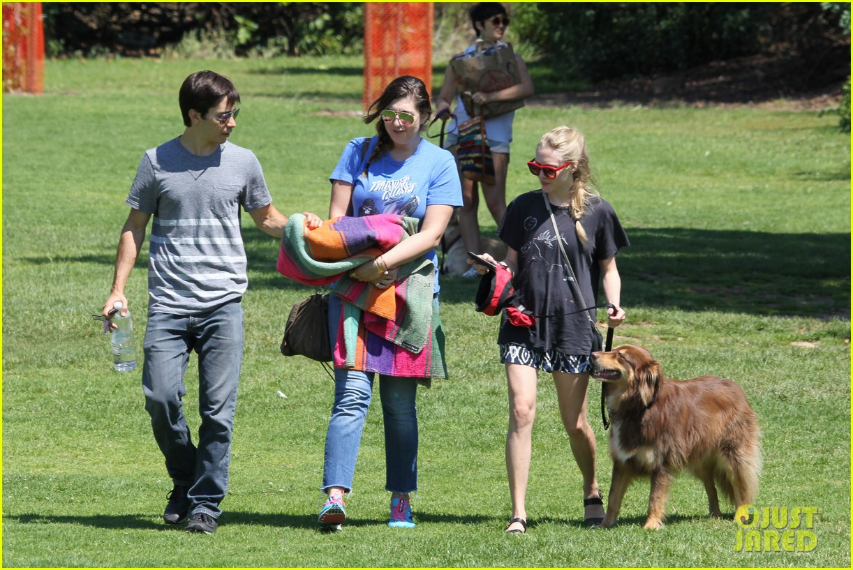 amanda seyfried justin long hang out with finn the dog 112936980