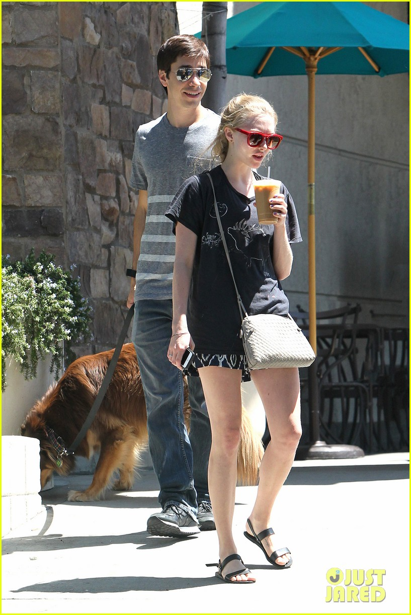amanda seyfried justin long hang out with finn the dog 122936981