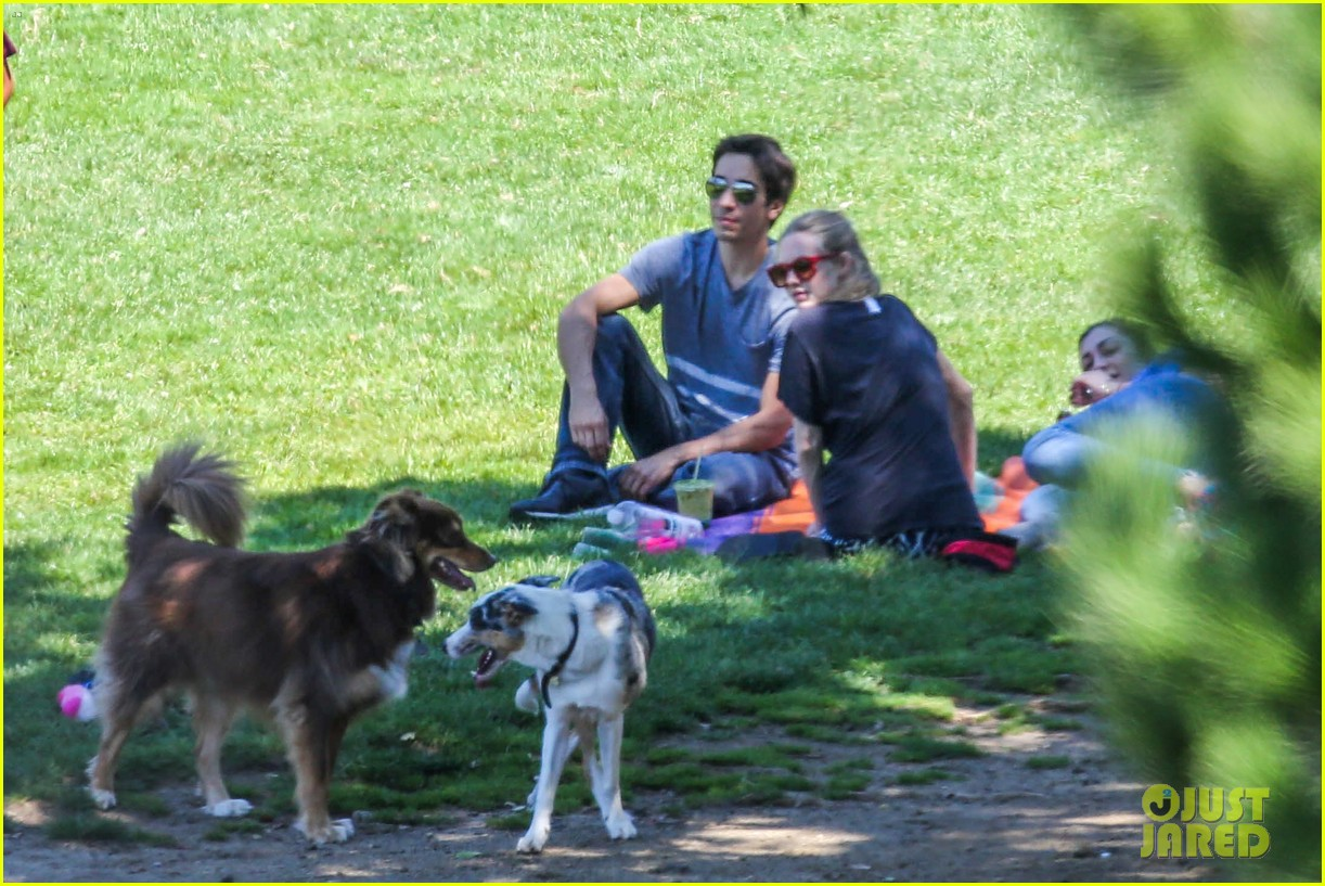 amanda seyfried justin long hang out with finn the dog 182936987
