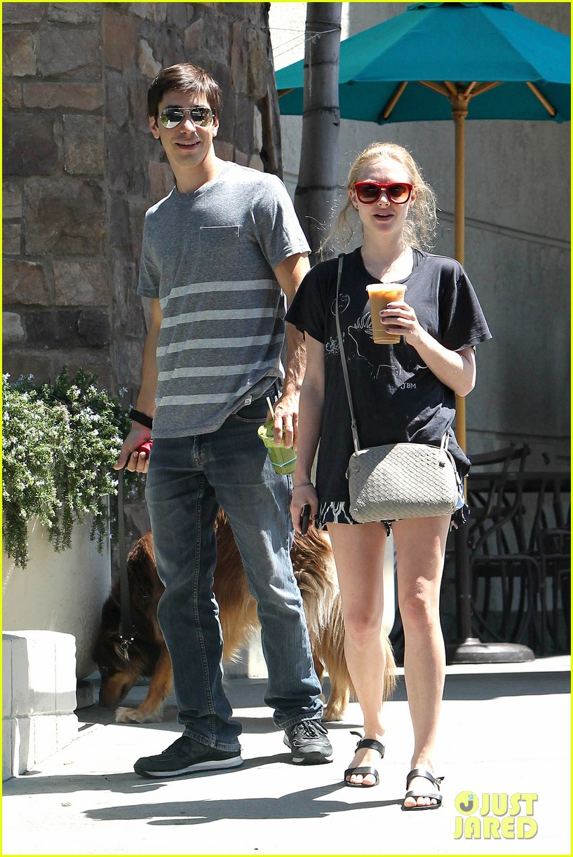 amanda seyfried justin long hang out with finn the dog 192936988