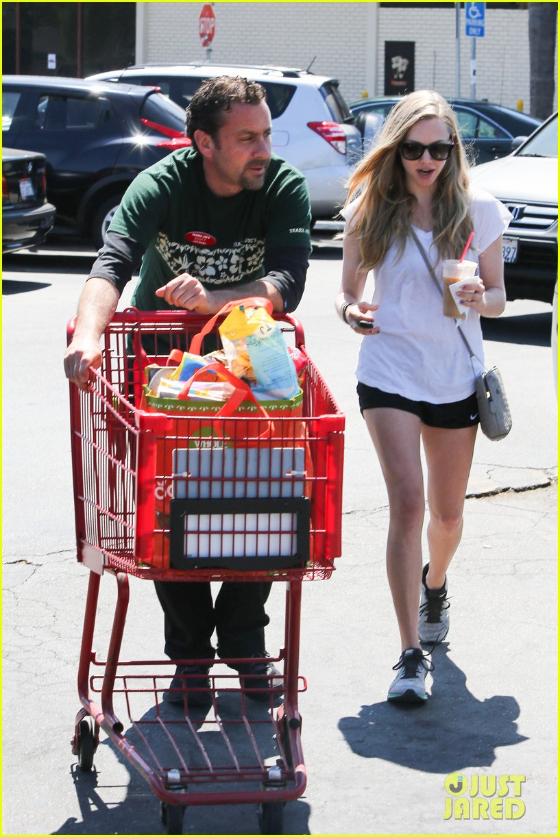 amanda seyfried justin long hang out with finn the dog 272936996