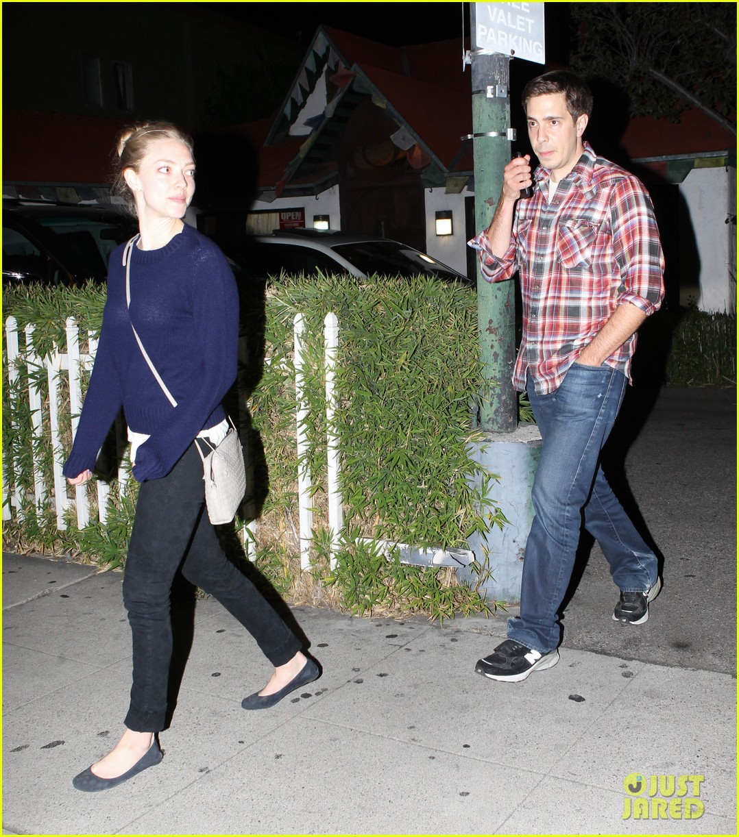 amanda seyfried justin long hang out with finn the dog 292936998