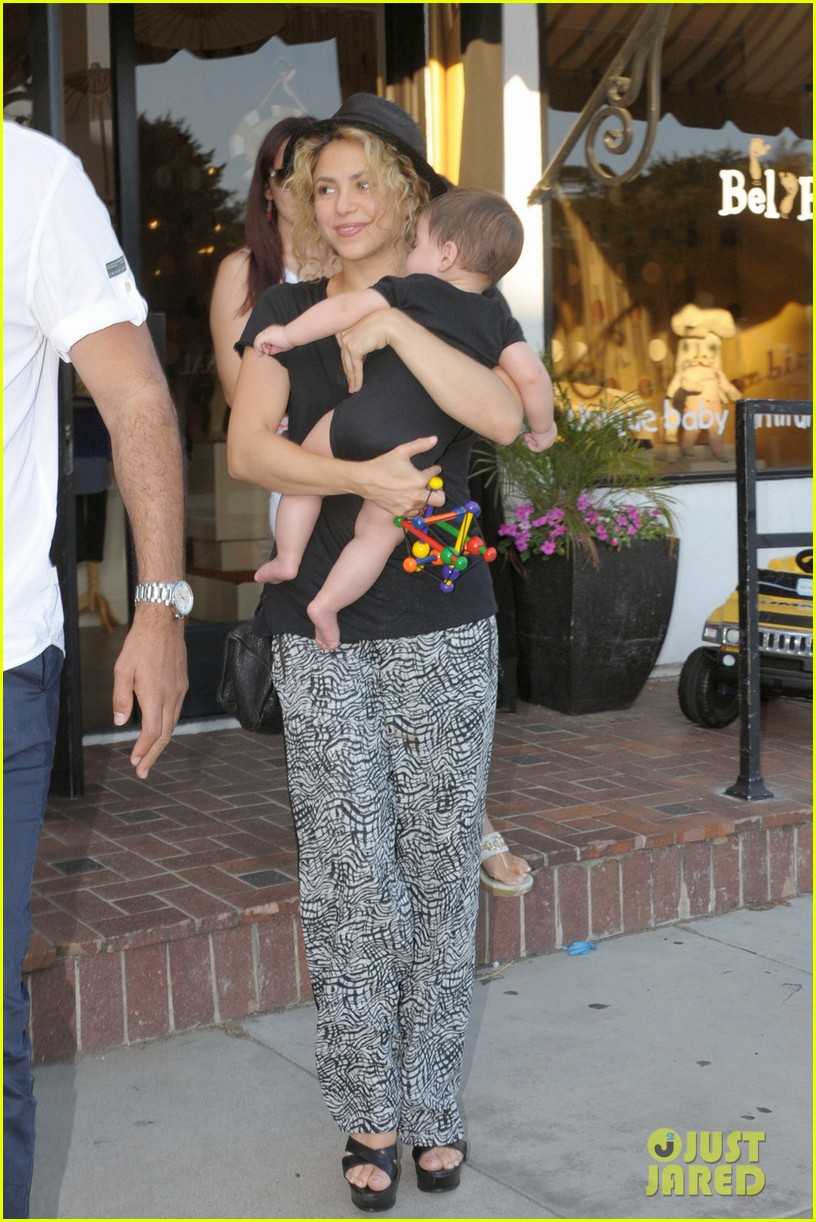 shakira goes shopping with baby milan 032927840