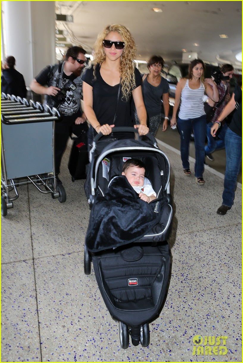 shakira milan fly from los angeles to paris 01