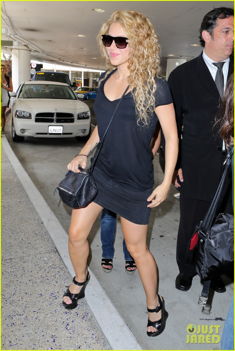 shakira milan fly from los angeles to paris 072931382