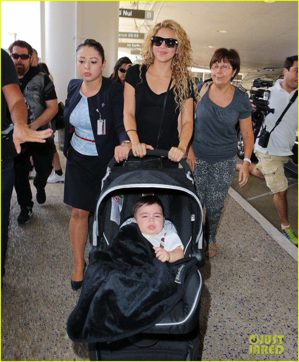 shakira milan fly from los angeles to paris 102931385