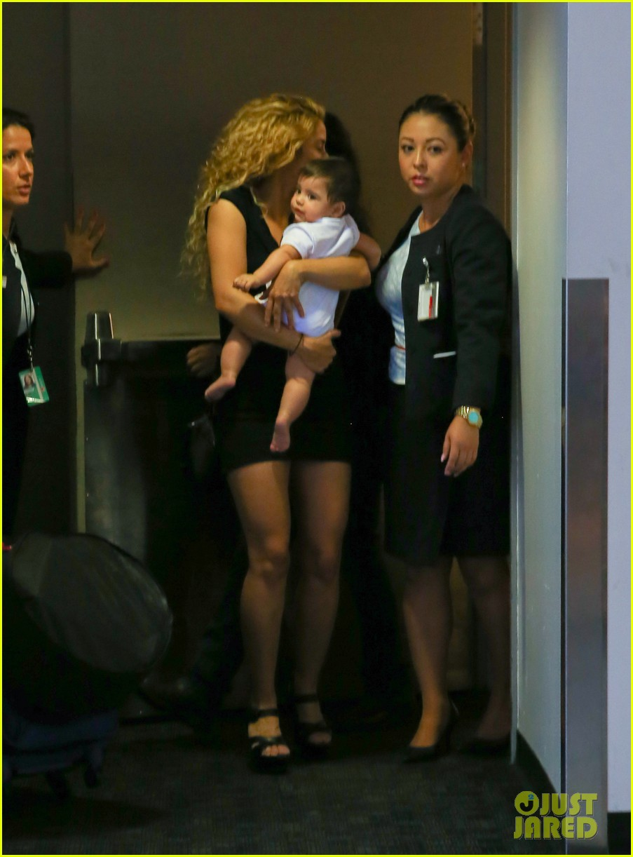 shakira milan fly from los angeles to paris 122931387