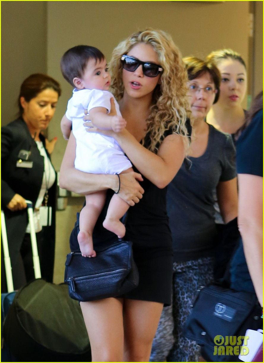 shakira milan fly from los angeles to paris 132931388