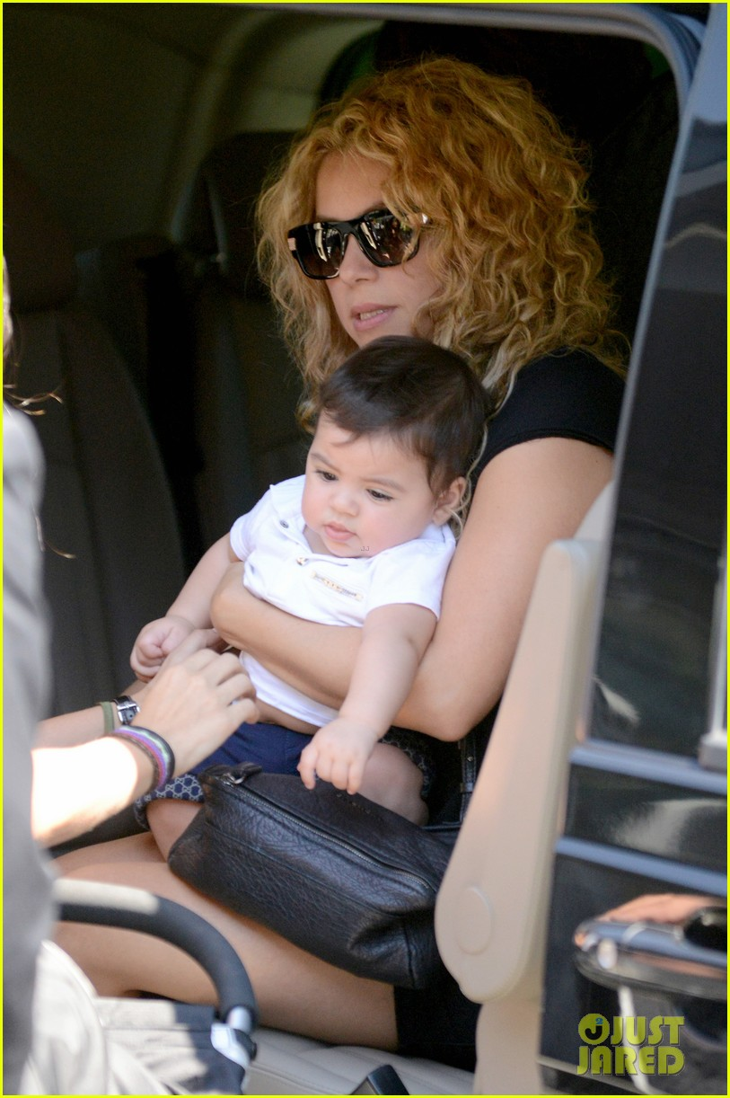 shakira milan fly from los angeles to paris 162931391