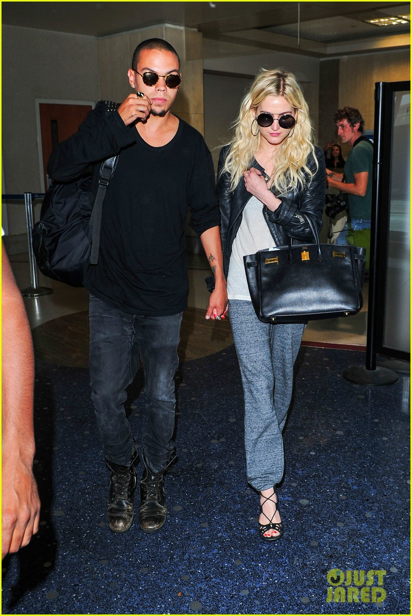 ashlee simpson evan ross hold hands after new york trip 042921564