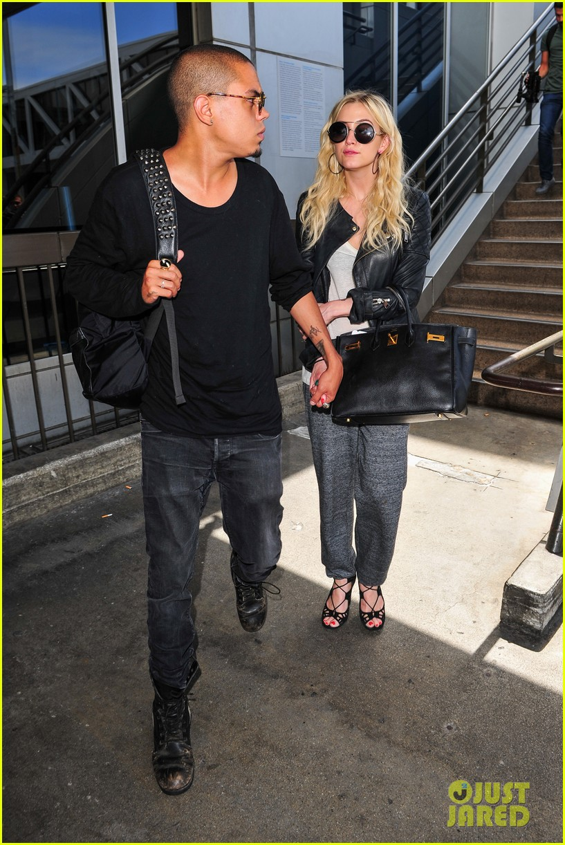 ashlee simpson evan ross hold hands after new york trip 052921565