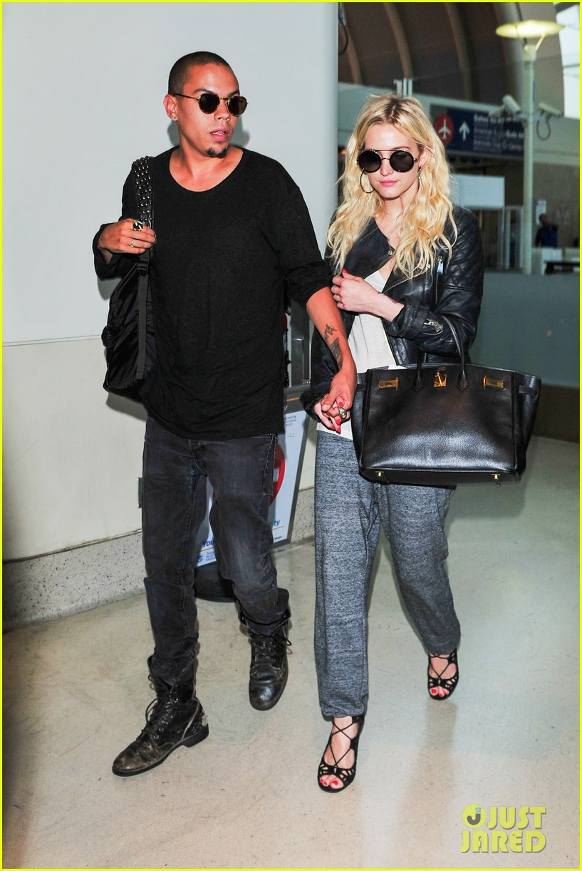 ashlee simpson evan ross hold hands after new york trip 062921566