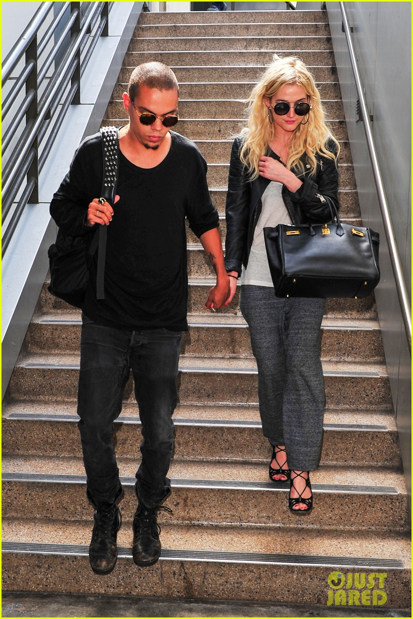 ashlee simpson evan ross hold hands after new york trip 092921569