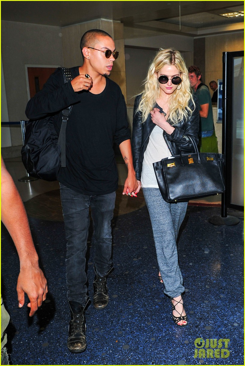 ashlee simpson evan ross hold hands after new york trip 112921571