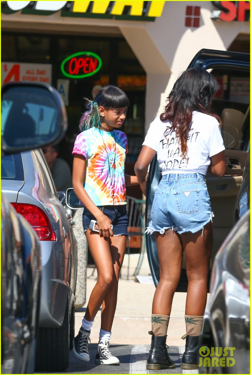willow smith matches tye dyed hair with tye dyed shirt 032930674
