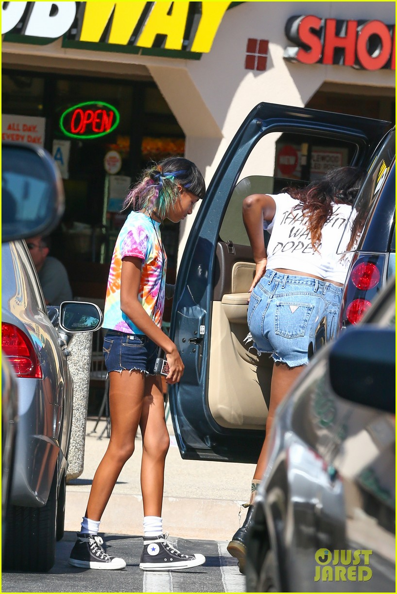 willow smith matches tye dyed hair with tye dyed shirt 202930691
