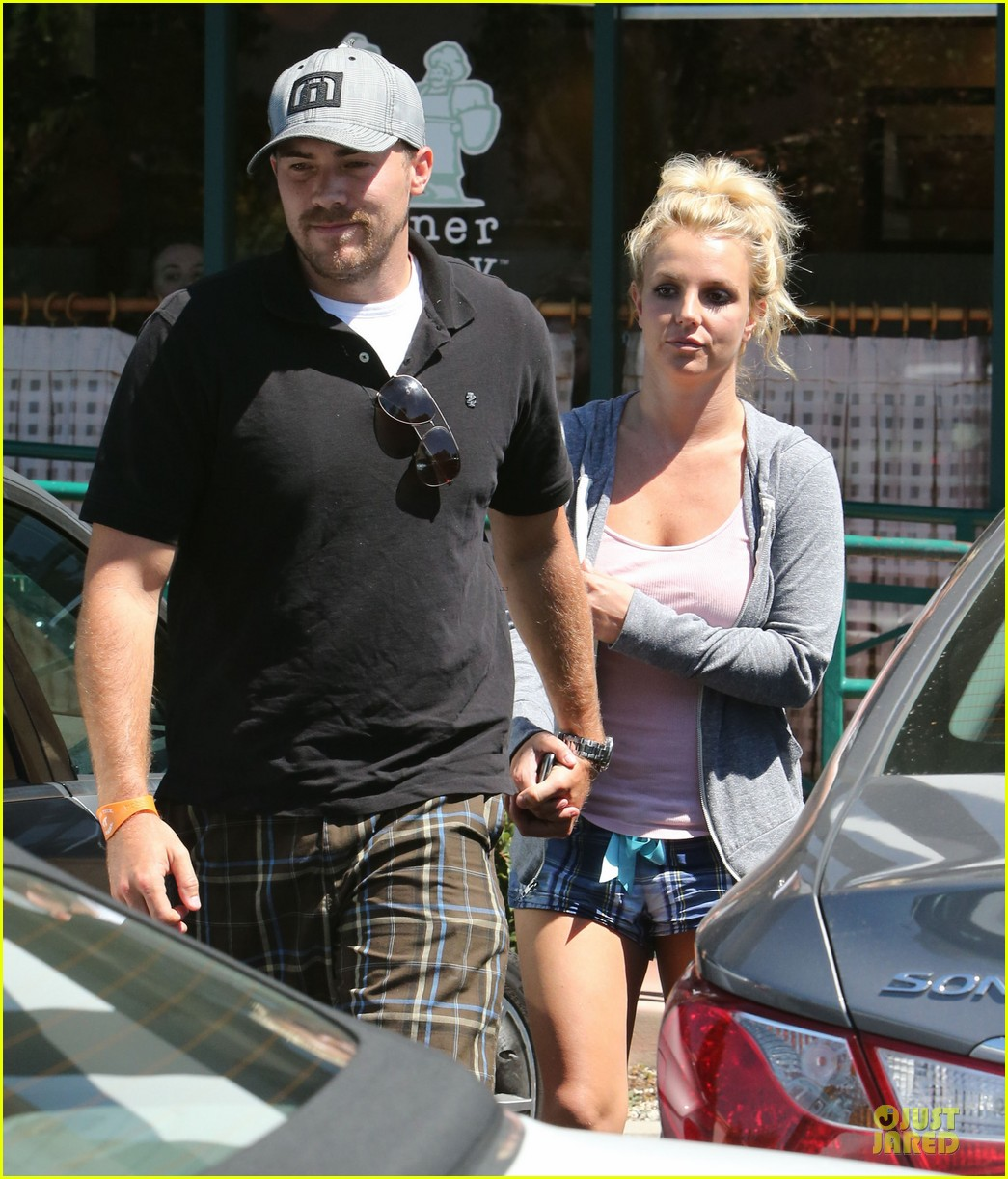 britney spears david lucado hold hands at corner bakery 022936756
