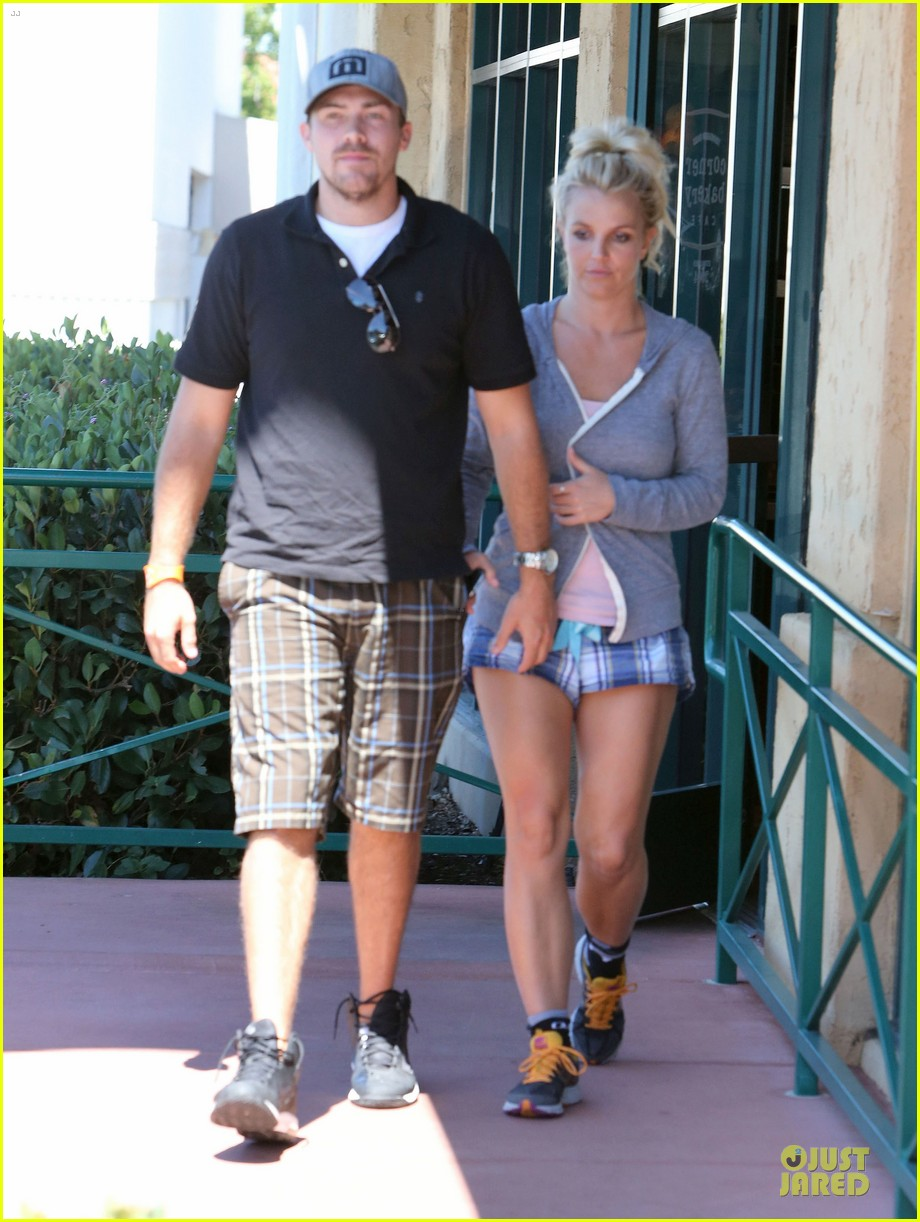 britney spears david lucado hold hands at corner bakery 032936757