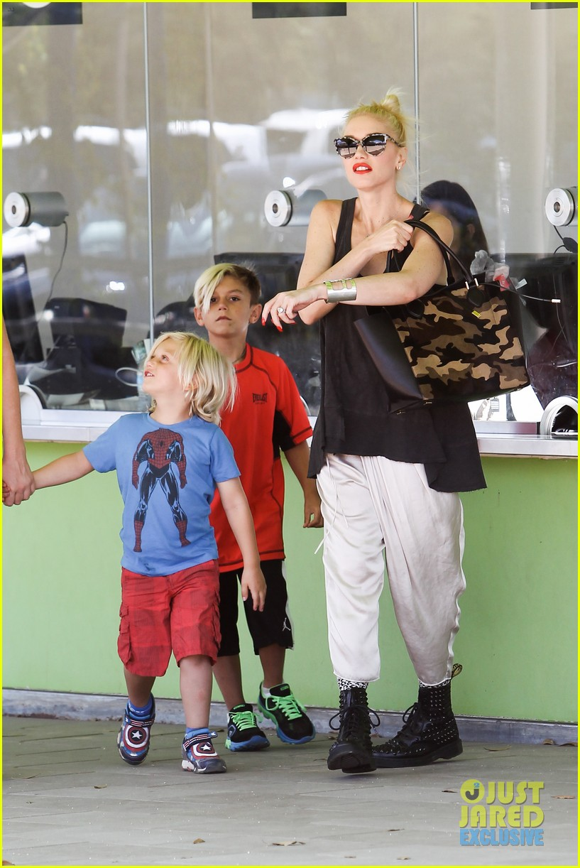 gwen stefani gavin rossdale hold hands for hugos lunch date 092940235